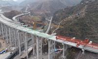 宜毕项目塘房互通主线2号桥右幅架梁完成